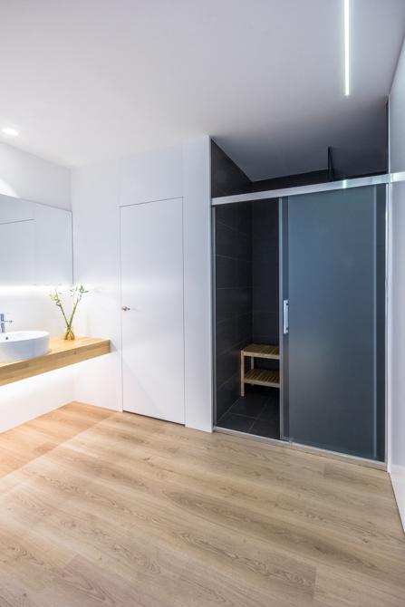 Baño moderno con ducha con puerta de cristal en vivienda estilo nórdico - Chiralt Arquitectos Valencia