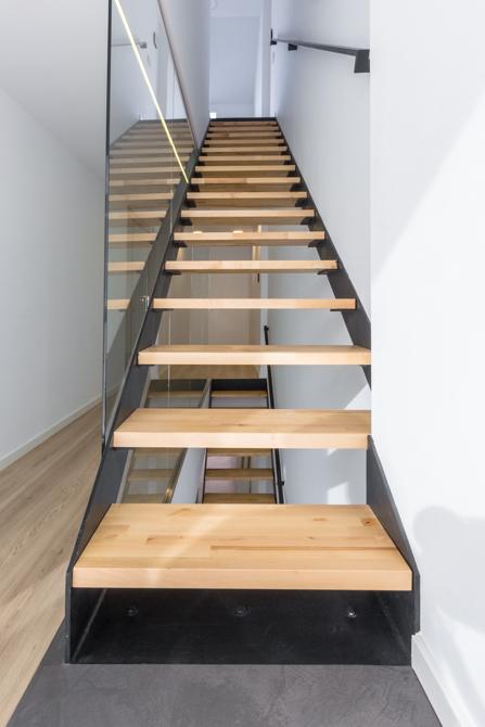 Escalera escandinava de madera clara, hormigón y hierro en vivienda estilo nórdico - Chiralt Arquitectos Valencia
