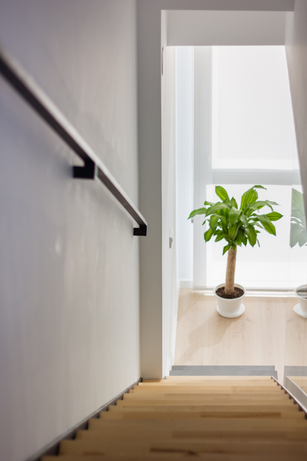 Escalera nórdica de madera clara en vivienda estilo nórdico - Chiralt Arquitectos Valencia