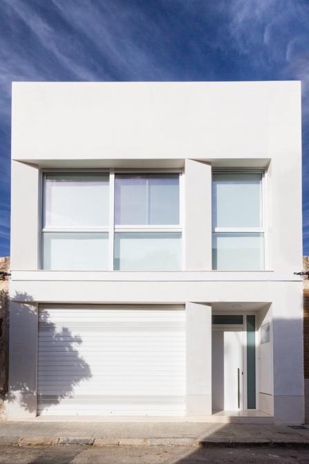 Fachada moderna blanca en vivienda estilo nórdico - Chiralt Arquitectos Valencia