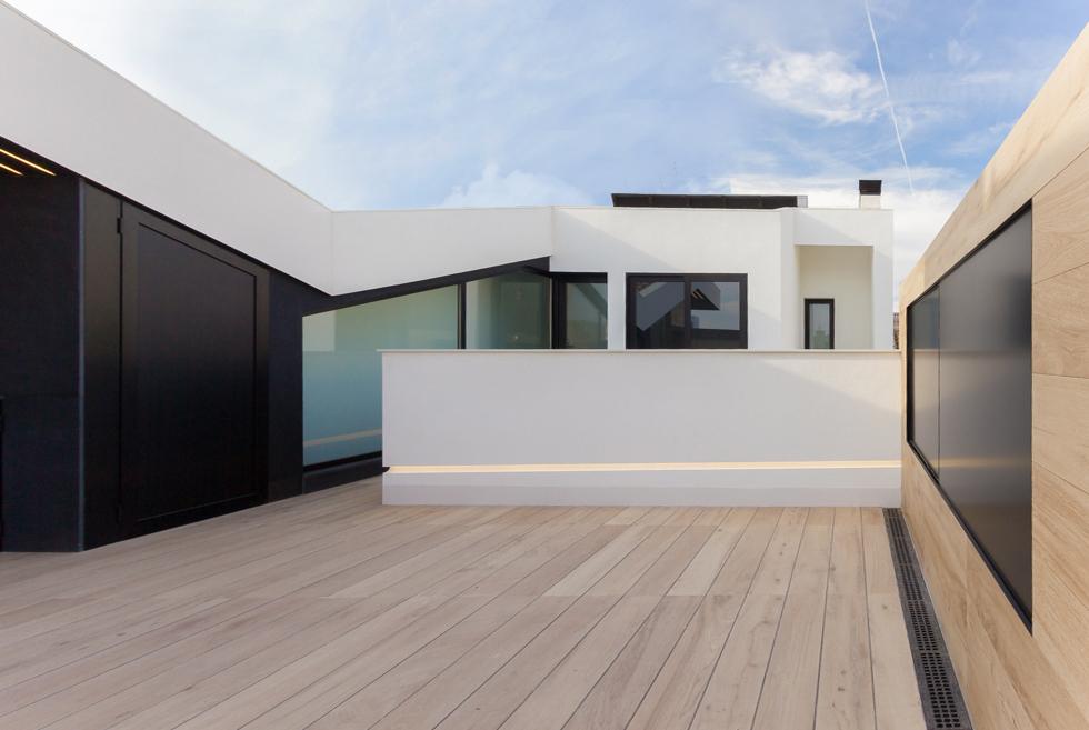 Terraza con suelo de madera casa de pueblo moderna de Chiralt Arquitectos Valencia